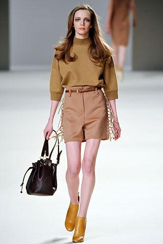 C чем носить шорты осенью?