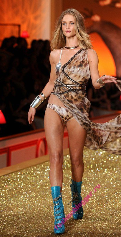 Рози Хантингтон-Уайтли на Victoria Secret  Fashion Show 2010