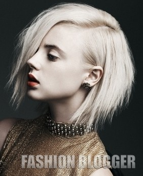 Девушка блондинка с короткими волосами