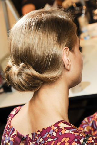 Красивые прически  для длинных волос 2011