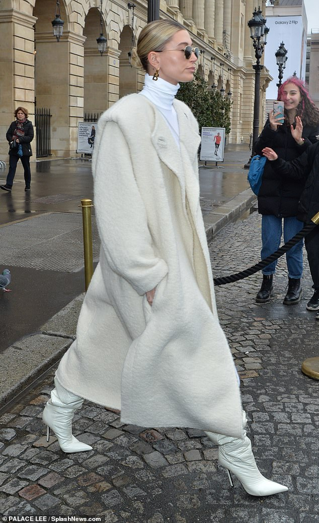 Хейли Бибер на Paris Fashion Week 2020